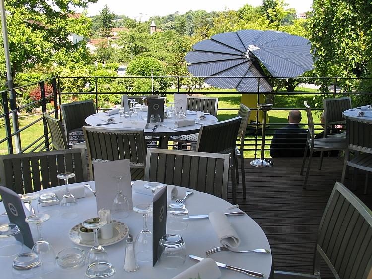 La smartflower se d ploie dans le jardin d 39 un restaurant for Restaurant dans un jardin