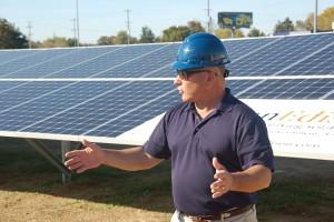 Robert J. Alt, maire d'Elkton, a installé symboliquement le dernier panneau PV (PRNewsFoto/SunEdison, Inc.)