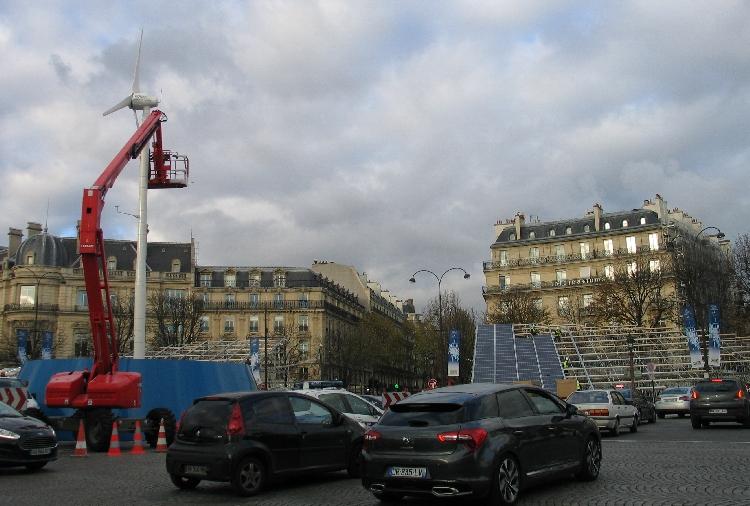 Les Champs-Elysées éclairés à l'énergie solaire pendant la COP21