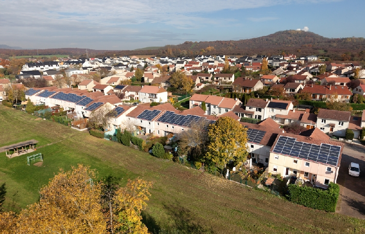 Upsolar installe 25 toitures PV en HLM en co-financement avec la Nef