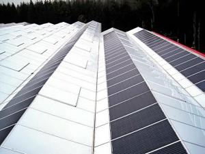 Un système PV en toiture intégrée de 109,2 kWc avec 420 modules PV BISOL Lumina sur une serre agricole à Kirchweidach (Allemagne) installé par ABEL ReTec. A noter: la précision de l'imbrication des laminés PV et des panneaux de verre sur la construction conçue pour assurer l'étanchéité du toit et fournir assez de lumière naturelle pour la culture des légumes.