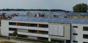 En service depuis 2005, le réseau de chaleur solaire de Crailsheim Hirtenwiesen comporte 7300 m2 de capteurs solaires pour une puissance de 5,1 MWth. Il fournit 4,7 GWh/an, et dispose d'un système de stockage à sonde géothermique de 37500 m3