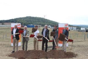 Premier coup de pelle avec, de gauche à droite, Oliver Partheymüller, chef de projet chez IBC Solar, et Udo Möhrstedt, CEO d'IBC Solar, aux côtés des représentants de la ville de Seßlach et des collectivités régionales