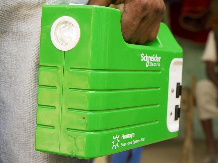 Schneider Electric lance un système complet d'électrification PV pour foyers isolés