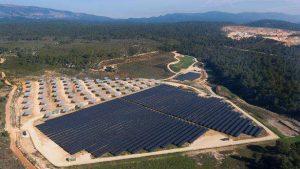 Centrale photovoltaïque du Mouruen dans le Car, réalisée par La Compagnie du Vent. Crédit Photo : Mydrone.fr