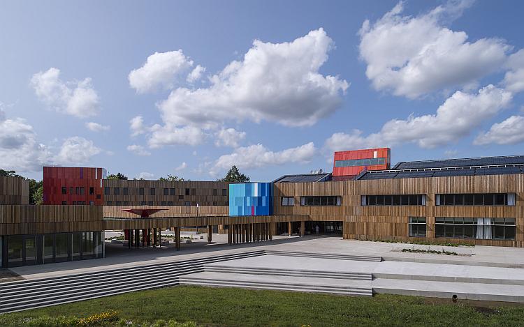 Carquefou inaugure un lycée Bepos alimenté à 100% par des énergies renouvelables