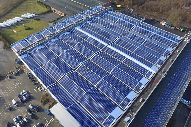Des onduleurs de chaîne Delta équipent une toiture PV de 2,2 MW orientée nord-ouest/sud-est