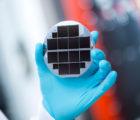 Une cellule solaire à jonctions multiples réalisée en matériaux semiconducteurs composés III-V et silicium convertit 33,3% de la lumière solaire en électricité.