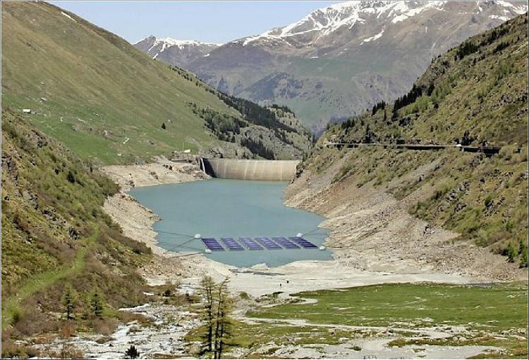 Une centrale solaire flottante en test sur un lac de montagne en Suisse