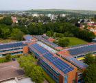 En Allemagne, l'école Gustav-Heinemann d'Alzey (Hesse) a désormais équipé toutes ses toitures de panneaux solaires. Une centrale photovoltaïque de 170 kWc déjà existante en toiture a été étendue de quelque 214 kWc supplémentaires en l'espace de seulement quelques jours. Photo : Wirsol.