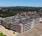 En Allemagne, le déploiement PV reste soutenu en-dehors des appels d'offres, et notamment pour l'autoconsommation. La chaîne dm (drogueries) vient d'équiper la toiture de son nouveau siège à Karlsruhe d'une centrale photovoltaïque qui, invisible depuis le sol, comprend 800 modules solaires répartis sur une surface de 1500 m2 pour une puissance de 230 kWh, ainsi que quatre onduleurs 50 kW de la marque SMA, pour une production d'électricité attendue autour de 230 MWh par an.