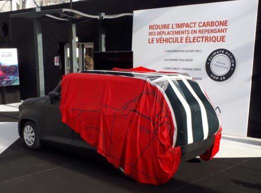 Une bâche de protection solaire rétractable pour voiture électrique